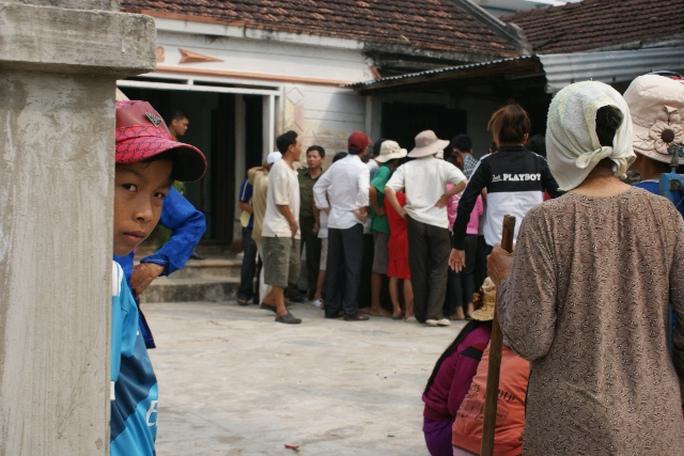 Nhiều người đến xem chuyện đau lòng xảy ra tại nhà cha mẹ anh Tuấn