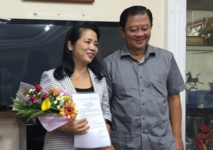 Lãnh đạo Đảng ủy Khối Dân - Chính - Đảng trao quyết định, tặng hoa chúc mừng bà Trần Kim Yến. ẢNH: DƯƠNG QUANG