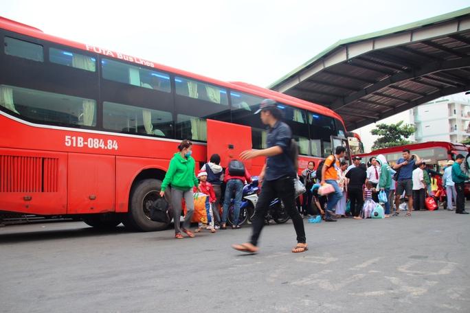 Xe khách của Công ty Phương Trang hoạt động trong Bến xe Miền Đông (quận Bình Thạnh, TP HCM)