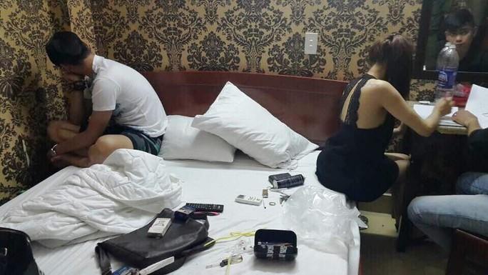 Công an đột kích vào khách sạn phát hiện nhiều kiều nữ sử dụng ma túy đá