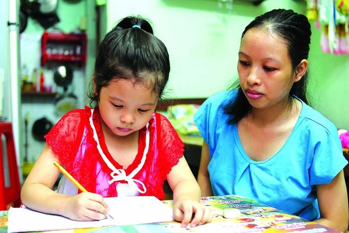 Chị Nguyễn Thị Kim Tuyến dạy học cho con tại nhà