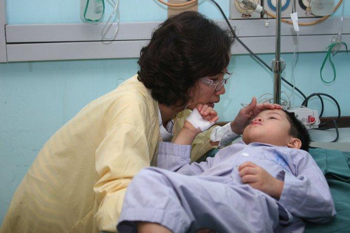 Mẹ Mai Anh động viên con nuôi vượt qua tình trạng hiểm nghèo
