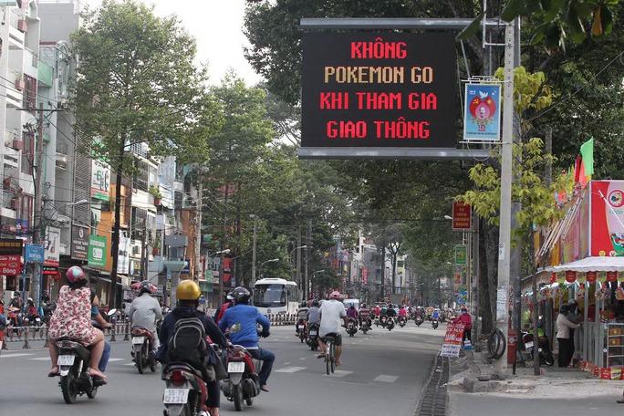 """Sở Giao thông Vận tải TP HCM đã lắp biển cảnh báo """"Không Pokémon GO khi tham gia giao thông"""" Ảnh: Hoàng Triều"""
