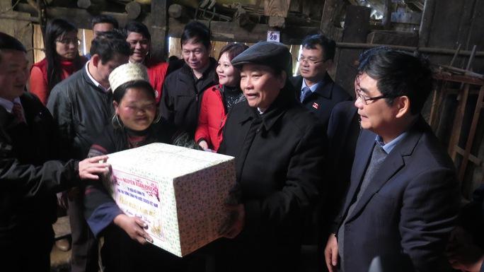 Phó Thủ tướng Nguyễn Xuân Phúc tặng quà cho người dân xã Sa Pả, huyện Sa Pa, tỉnh Lào Cai Ảnh: TTXVN