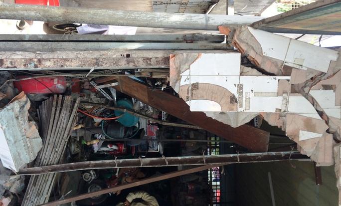 Cú tông làm 1 đoạn tường của tiệm sửa xe đổ sập