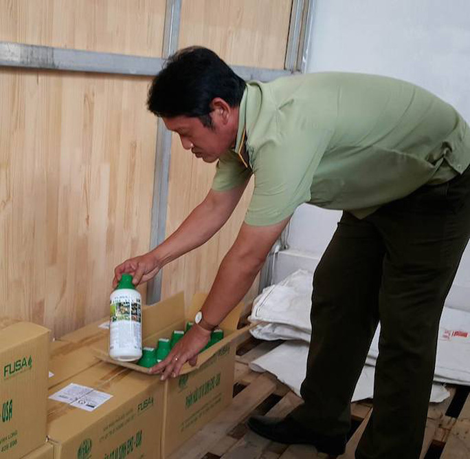 Ngành chức năng kiểm tra số phân bón vi sinh của Công ty Hoàng Long Việt.