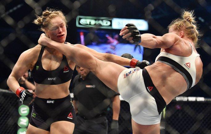 Ronda Rousey (trái) bị đối thủ hạ knock-out