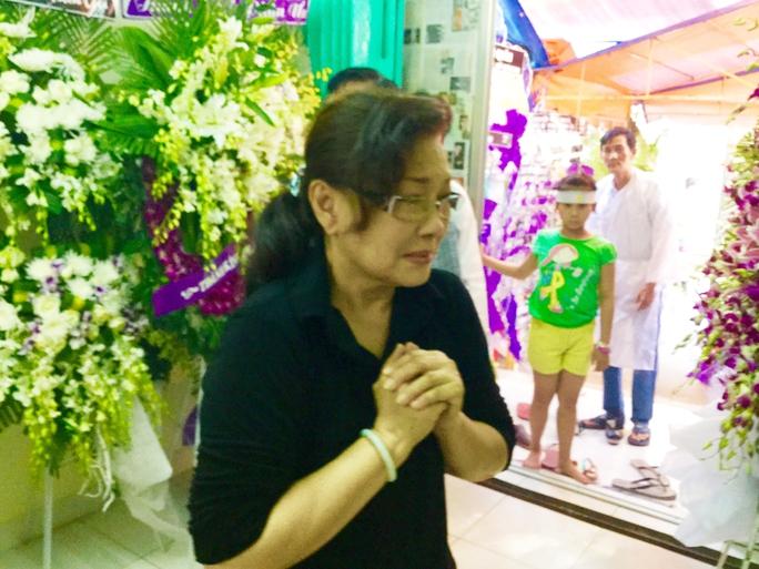 NSƯT Tô Kim Hồng khóc nức nở khi đến tiễn biệt Soạn giả NSND Viễn Châu