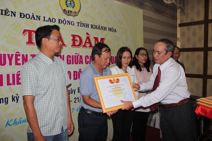 Ông Nguyễn Hòa tặng khen cho đại diện Văn phòng đại diện Báo Người Lao động