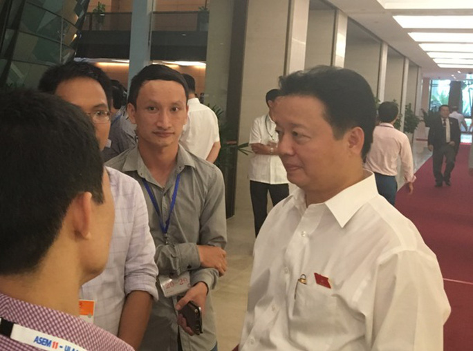 Bộ trưởng Bộ Tài nguyên và Môi trường Trần Hồng Hà trả lời báo chí bên hành lang Quốc hội chiều 21-7