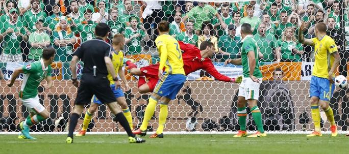 Wesley Hoolahan vô lê đẹp mắt mở tỉ số cho CH Ireland