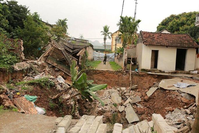 Hố sụt lún có đường kính khoảng 10 m, chiều sâu khoảng 7 m, ít nhất 3 nhà dân và một đoạn đường thôn bị ảnh hưởng sau vụ sụt lún - Ảnh: VNE