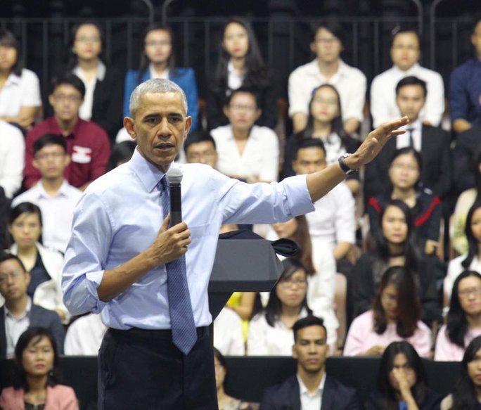 Ông Obama làm chủ hoàn toàn sân khấu, trao đổi với các bạn trẻ Việt Nam một cách thoải mái
