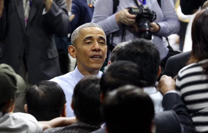 Trước khi đi, ông đi một vòng quanh hội trường bắt tay các bạn trẻ Việt Nam