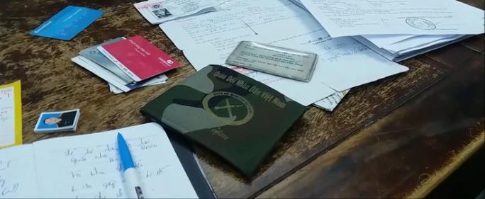 Một số giấy tờ thu giữ khi bắt Hùng