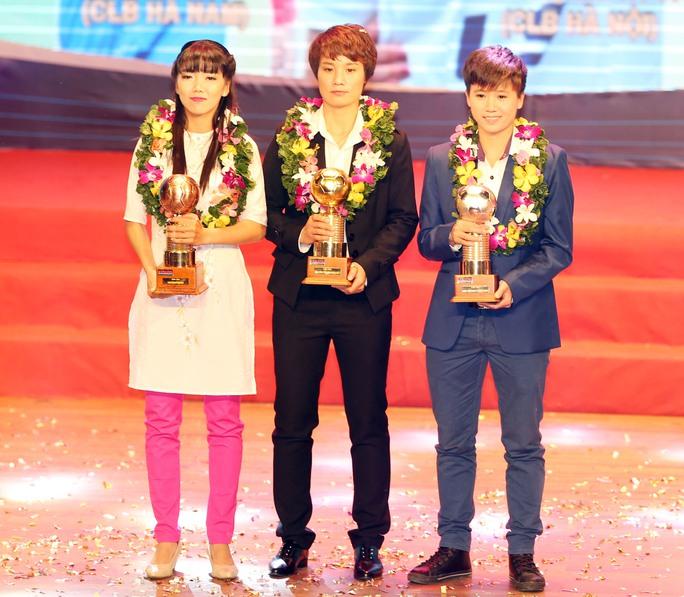 Minh Nguyệt (giữa) đoạt Quả bóng vàng cùng với Huỳnh Như (QBĐ - trái) và Tuyết Dung (QBB)