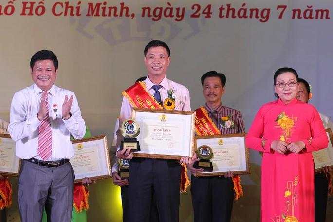 Ông Huỳnh Cách Mạng, Phó Chủ tịch UBND TP HCM, khen thưởng thủ lĩnh Công đoàn đoạt Giải thưởng 28/7