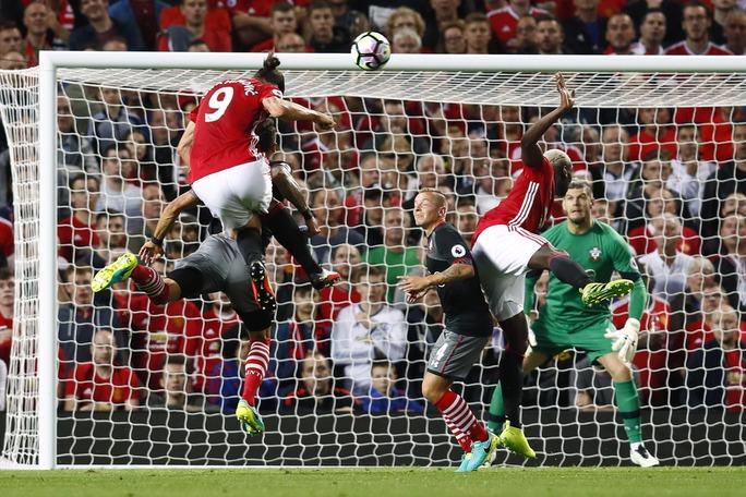 Ibrahimovic mở tỉ số cho M.U ở phút 36 với một tình huống đánh đầu dũng mãnh
