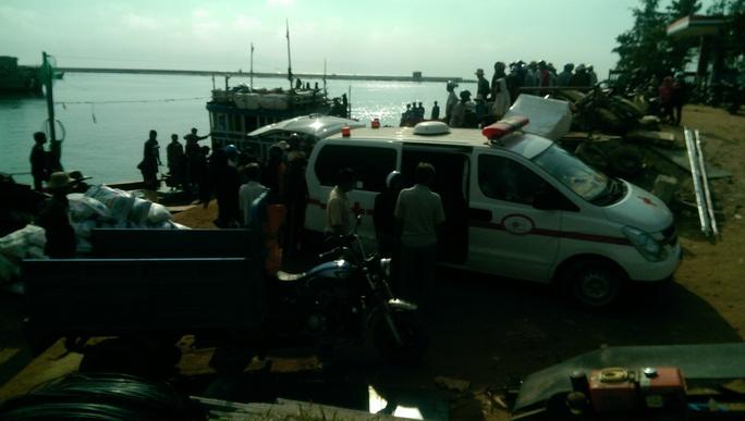 Thi thể ngư dân được đưa vào bờ.