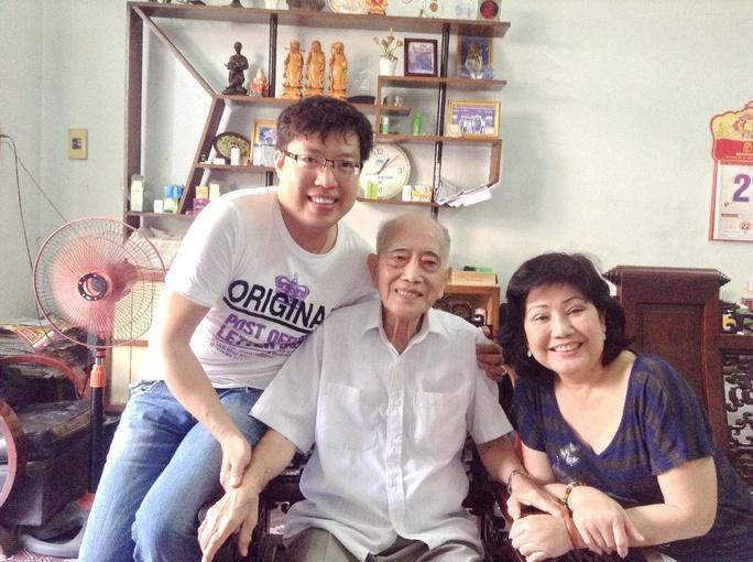 NS Phượng Liên và nhà báo Thanh Hiệp đến thăm ông Dương Đình Thảo - nguyên Giám đốc Sở VHTT TPHCM
