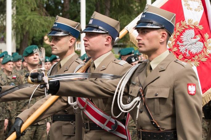 Quân đội Ba Lan diễu hành trong lễ khai mạc Anakonda-16 tại thủ đô Warsaw hôm 6-6. Ảnh: Stars and Stripes