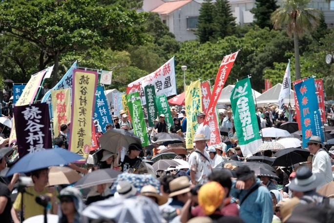 Người biểu tình tại thủ phủ Naha, tỉnh Okinawa hôm 19-6. Ảnh: Stars and Stripes