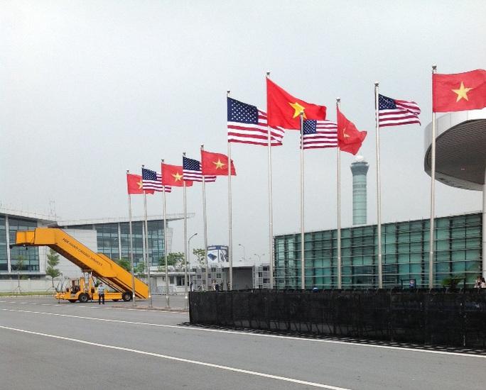 Ngoài việc soi chiếu an ninh, các thiết bị của phóng viên đem theo tác nghiệp trong sự kiện đều phải được chó nghiệp vụ kết hợp với nhân viên an ninh Mỹ kiểm tra mới được mang vào sân bay - Ảnh: Hữu Phong
