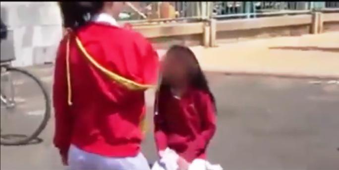 Nữ sinh bị đánh phải quỳ gối xin lỗi mới được tha