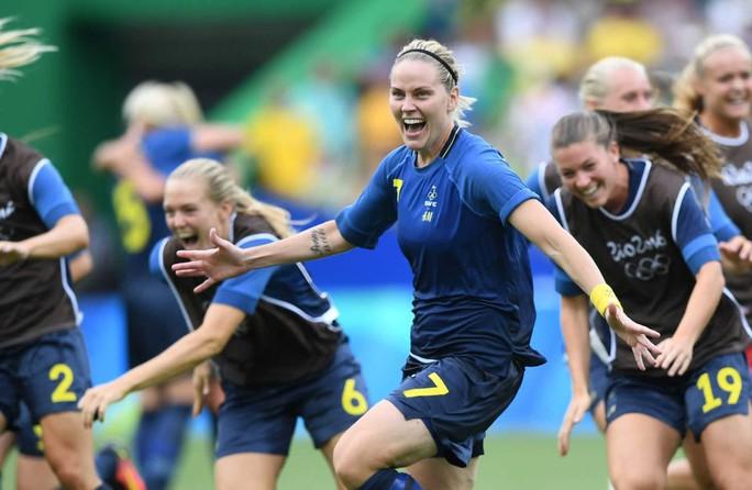 Niềm vui của các cô gái Thụy Điển khi giành quyền vào chung kết sáng 17-8