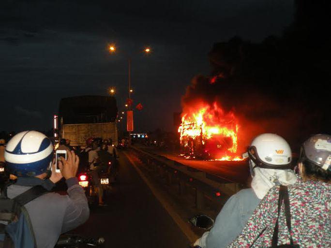 Chiếc xe khách giường nằm bốc cháy dữ dội Ảnh: Báo Quảng Nam