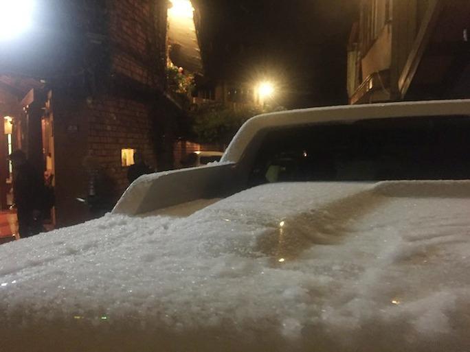 Tuyết phủ kín đầy mui xe ô tô của du khách