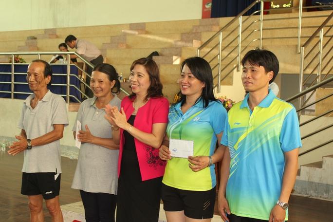 Giải đặc biệt cho cặp vợ chồng vận động viên nhiều tuổi nhất và trẻ nhất tham gia hội thao