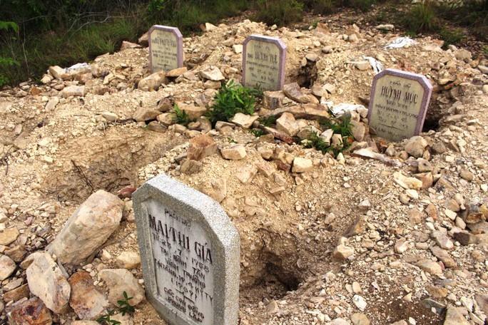 Các ngôi mộ bị lấy hài cốt nhưng sắp xếp lộn xộn