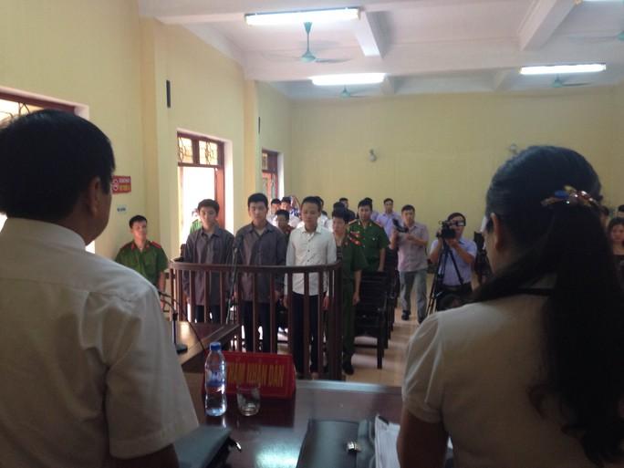 Quang cảnh phiên toà. Nhà báo Ngọc Quang xin toà xem xét cho các bị cáo vì tuổi đời đều còn trẻ - Ảnh: Đức Phủ