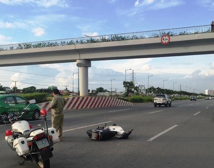 Chiếc xe máy gây tai nạn nằm chỏng chơ tại hiện trường