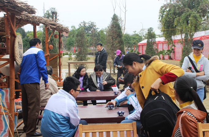 Rất đông người dân TP Thanh Hóa tới thưởng thức các món ngon ở xứ Quảng