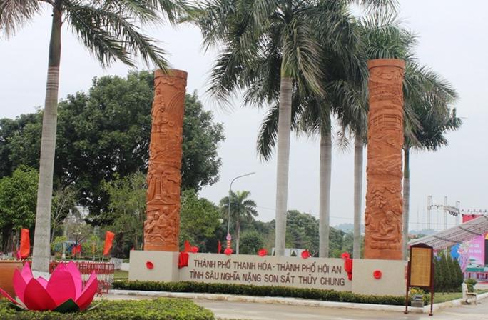 Ngoài Chùa Cầu, TP Hội An còn xây dựng 2 trụ biểu gốm điêu khắc nghệ thuật được làm từ làng gốm Thanh Hà nổi tiếng ở TP Hội An để tặng nhân dân TP Thanh Hóa