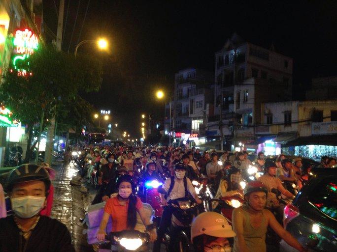 Đến hơn 19 giờ, các phương tiện vẫn nhích từng chút trên đường Nguyễn Kiệm