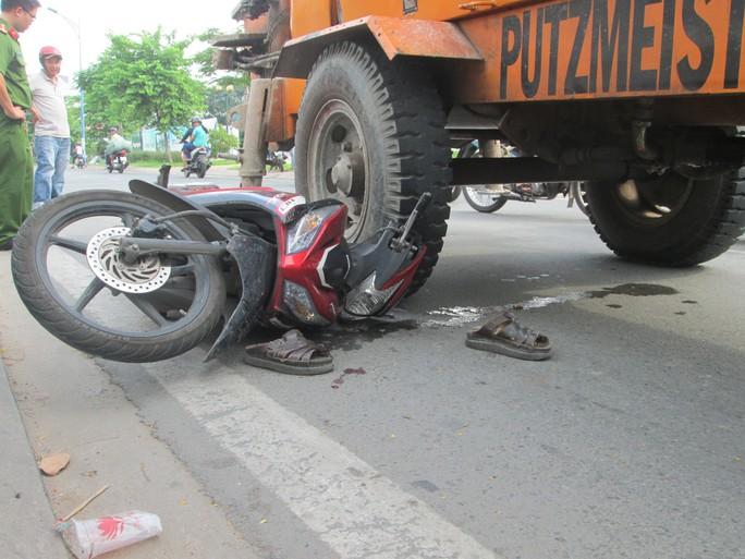Người dân hợp sức cứu nam thanh niên bị nạn ra từ dưới bánh xe trộn bê tông.