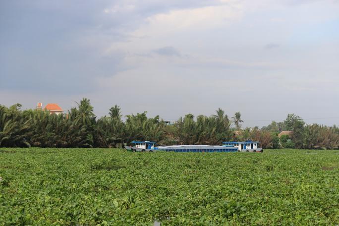 Một chiếc sà lan khó khăn khi di chuyển trên sông Sài Gòn (Đoạn thuộc quận 12, TP HCM) vào chiều 28-5.