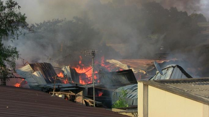 Lửa cháy ngùn ngụt ở xưởng gia công đồ gỗ