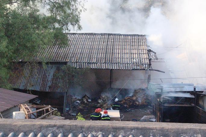 Lực lượng PCCC tiếp cận từ nhiều hướng để dập lửa