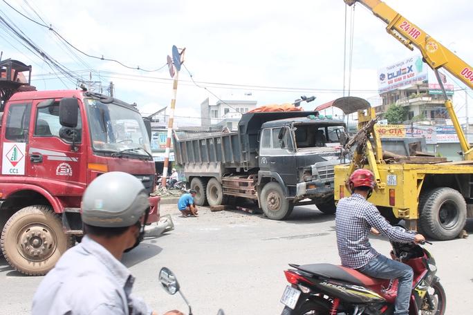 Đầu xe tải bể nát, đèn đường bị húc đổ và hiện trường tai nạn khiến giao thông rối loạn