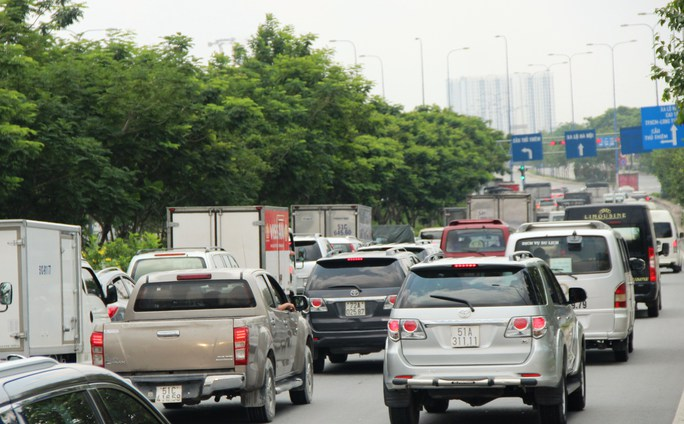 Đường hầm bị phong tỏa trong khoảng 30 phút khiến giao thông trên đường Mai Chí Thọ, hướng từ quận 2 qua quận 1 bị ùn ứ