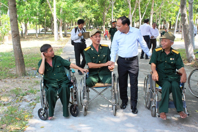 Ông Tất Thành Cang, Phó Bí thư Thường trực Thành ủy TP HCM, thăm và tặng quà cho các thương bệnh binh