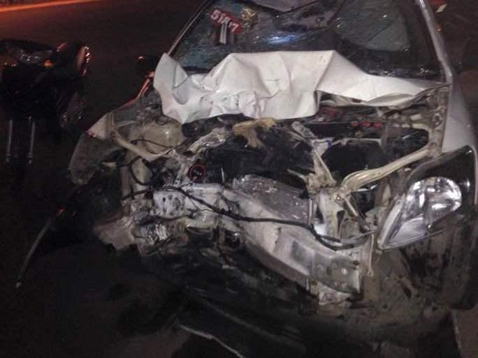 Chiếc taxi cũng bẹp dúm đầu sau cú đâm, tài xế hiện đang được cấp cứu - Ảnh:CTV