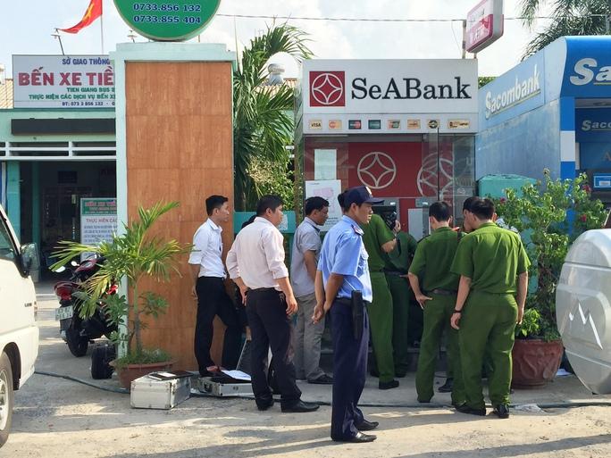 Công an khám nghiệm hiện trường vụ trộm tiền trong trụ ATM trước cổng chính Bến xe khách Tiền Giang