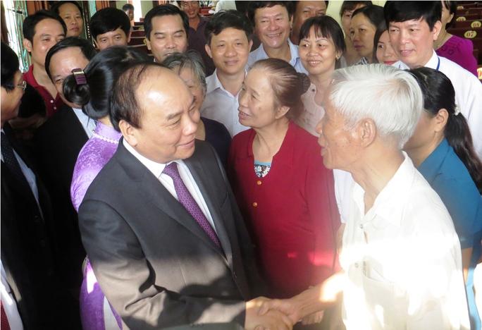 Thủ tướng Nguyễn Xuân Phúc thăm hỏi cử tri tại điểm bỏ phiếu