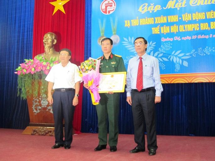 Lãnh đạo tỉnh Quảng Trị tặng hoa, bằng khen cho xạ thủ Hoàng Xuân Vinh
