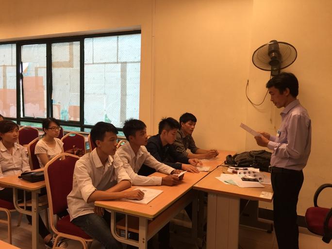 Các giám thị tại cụm thi số 4 do Trường ĐH Sư phạm chủ trì phổ biến quy chế thi cho thí sinh